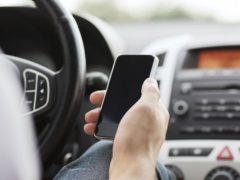 Имеет ли право сотрудник ГИБДД оштрафовать водителя, который просто держит телефон в руке