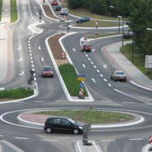 Какой «поворотник» нужно включать при въезде на круговое движение