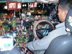 Как ГИБДД штрафует водителей за гаджеты и сувениры, подвешенные к лобовому стеклу
