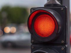 5 случаев, когда ПДД разрешают безнаказанно проехать на красный сигнал светофора
